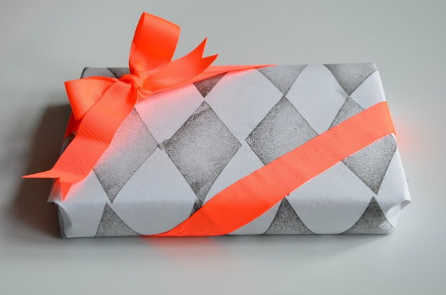 Indpakning med papir med rombe print