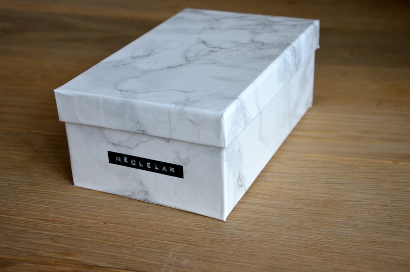 Box with marble print